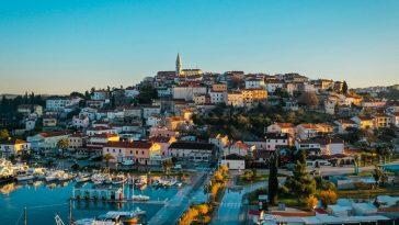 vrsar luka pogleda na stari grad