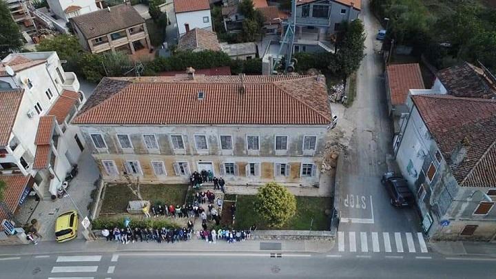 funtana stara škola iz visine ptičja perspektiva fotka za uspomenu