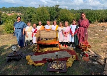 Učenici i učiteljice u predstavi DRagulji Laruna